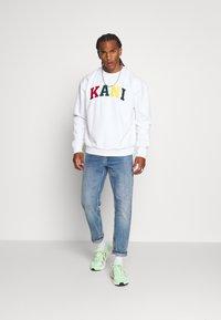 Karl Kani - SERIF CREW - Sweatshirt - white - 1