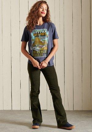 HERITAGE MOUNTAIN  - Print T-shirt - eclipse navy marl