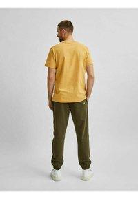 Selected Homme - SLHNORMAN O NECK TEE - Basic T-shirt - wood thrush - 2