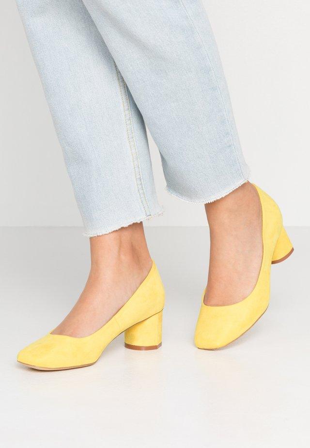 Pumps - yellow