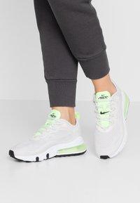 Nike Sportswear - AIR MAX 270 REACT - Sneakersy niskie - vast grey/ghost green/white - 0