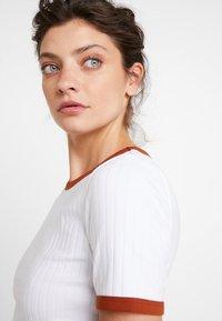 KIOMI - Print T-shirt - bright white with brown colour block - 3