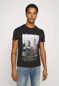 Tommy Jeans - TONAL NY TEE UNISEX - T-shirts print - black - 0