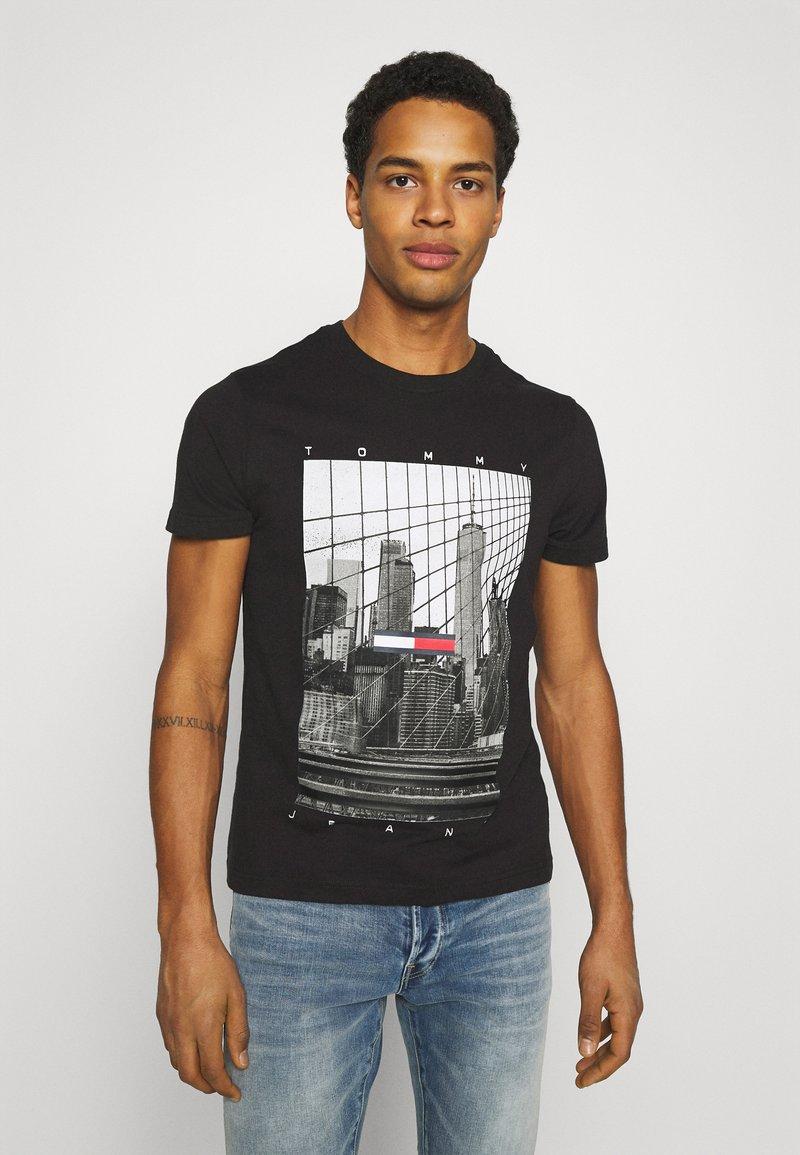 Tommy Jeans - TONAL NY TEE UNISEX - T-shirts print - black