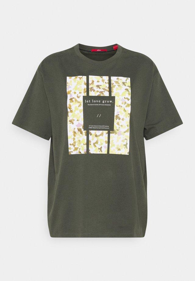 T-shirt med print - khaki plac