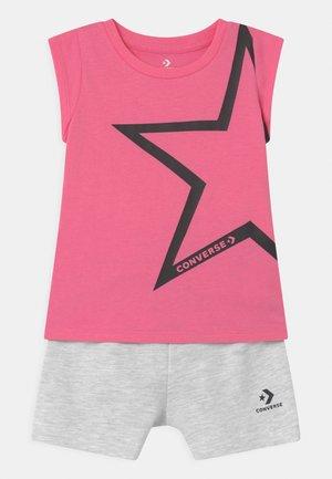 STAR CHEVRON RUFFLE SET - T-shirt imprimé - converse pink