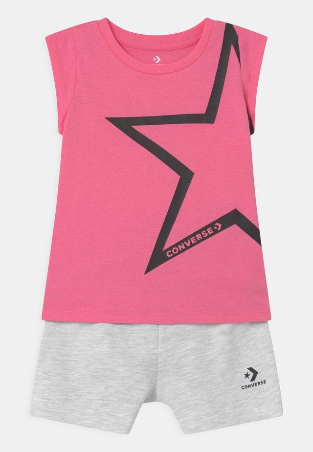 STAR CHEVRON RUFFLE SET - T-shirt print - converse pink
