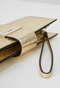 Guess - HIGHLIGHT WRISTLET - Pochette - gold - 5