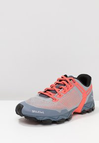 Salewa - LITE TRAIN - Hikingsko - blue fog/fluo coral