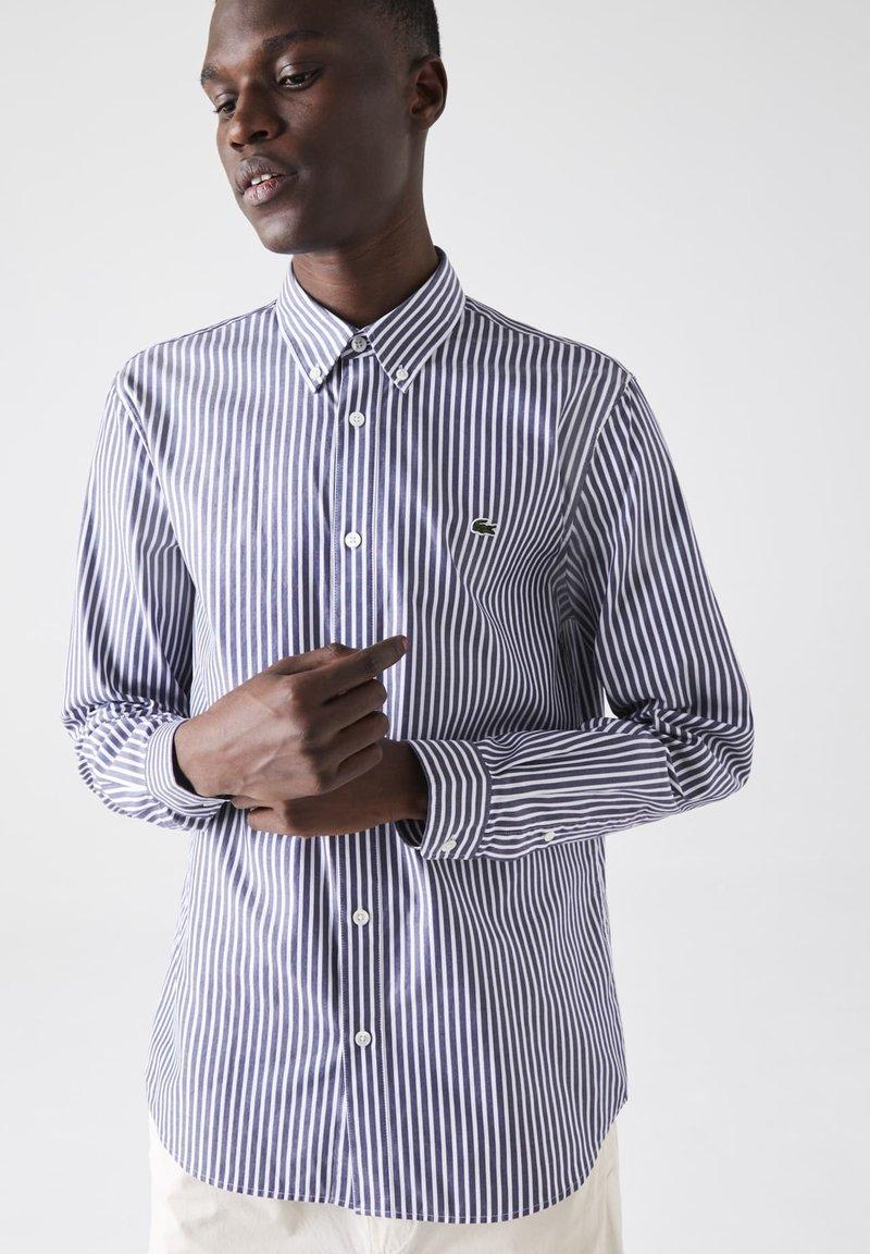 Lacoste - Shirt - blanc / bleu marine