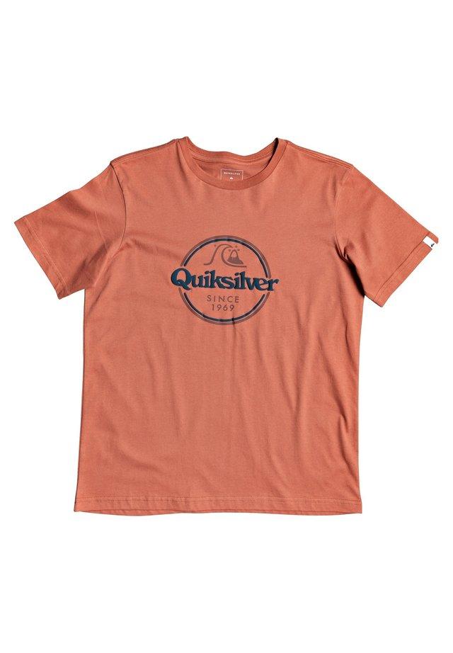 WORDS REMAIN - Print T-shirt - redwood
