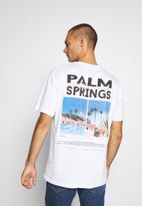 Topman - PALM DEST - Print T-shirt - white - 2