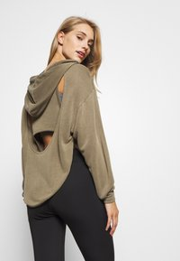 Free People - BACK INTO IT HOODIE - Hoodie - army - 2
