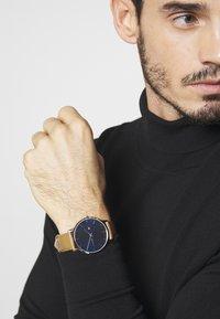 Tommy Hilfiger - WATCH - Watch - camel/blue - 0