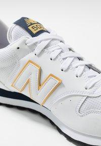 New Balance - GM500 - Tenisky - white/yellow/navy - 5