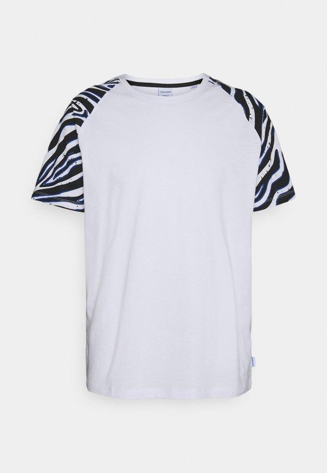 JORLARS TEE - Print T-shirt - white
