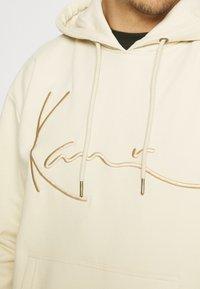Karl Kani - SIGNATURE HOODIE UNISEX - Hoodie - beige - 4