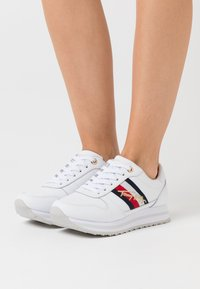Tommy Hilfiger - SIGNATURE RUNNER - Sneaker low - white - 0