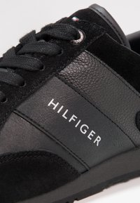 Tommy Hilfiger - ICONIC LEATHER SUEDE MIX RUNNER - Sneakers laag - black - 5