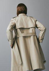 Massimo Dutti - MIT INNENSEITE IM HAHNENTRITTMUSTER - Trenchcoat - beige - 3