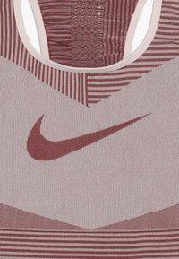 Nike Performance - FENOM SEAMLESS BRA - Sports bra - echo pink/cedar - 3