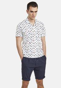 NEW IN TOWN - MIT INSEKTENPRINT - Shirt - white - 0