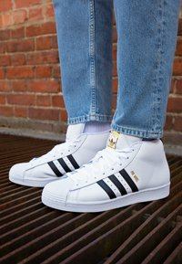 adidas Originals - BASKETBALL INSPIRED SPORTS MID SHOES - Sneakers - footwear white/core black/gold - 2