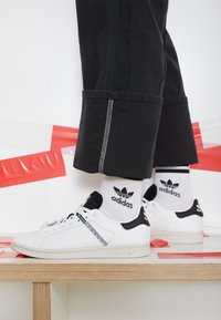 adidas Originals - STAN SMITH UNISEX - Trainers - footwear white/core black - 2