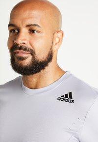 adidas Performance - HEAT.RDY TRAINING SLIM SHORT SLEEVE TEE - T-shirt med print - glow grey - 6