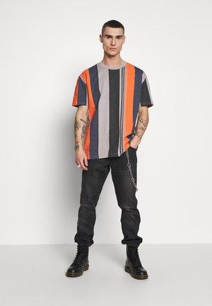 HEAVY OVERSIZED BIG STRIPE TEE - Print T-shirt - brick