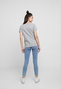 Levi's® - PERFECT VNECK - T-shirt z nadrukiem - heather grey - 2