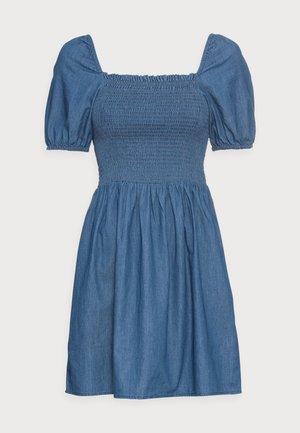 PCTAYLA OFF SHOULDER DRESS - Robe d'été - medium blue denim