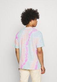 Nike Sportswear - TEE WILD TIE DYE - Camiseta estampada - white/grey/light dew - 2