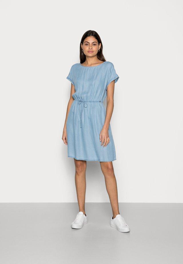 DENIM MINI DRESS - Sukienka jeansowa - light stone bright blue denim