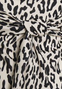 Missguided - LEOPARD PUFF SLEEVE BARDOT DRESS - Denní šaty - sand - 2