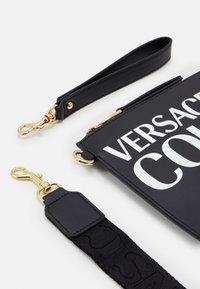 Versace Jeans Couture - MEDIUM POUCH LOGO - Clutch - nero - 3