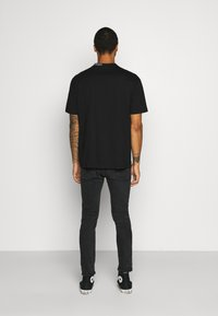 Calvin Klein Jeans - COLLAR INTARSIA TEE UNISEX - Triko spotiskem - black - 2