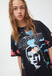 PULL&BEAR - STRANGER THINGS - Print T-shirt - black - 3
