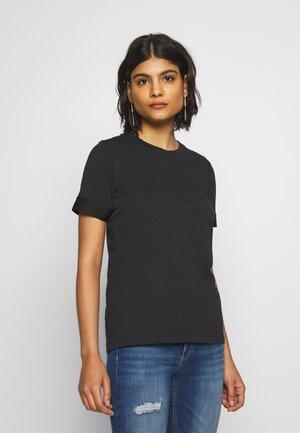 ATHLEISURE - T-shirt imprimé - calvin black