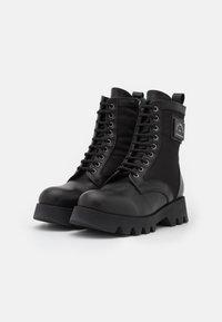 KARL LAGERFELD - TERRA FIRMA HI LACE BOOT - Platform ankle boots - black - 2