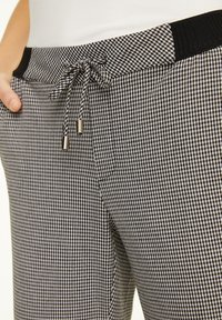 comma casual identity - MIT HAHNENTRITT-MUSTER - Trousers - cream houndstooth - 3
