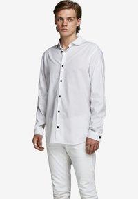 Jack & Jones PREMIUM - JPRVICTOR SLIM FIT - Skjorta - white - 0