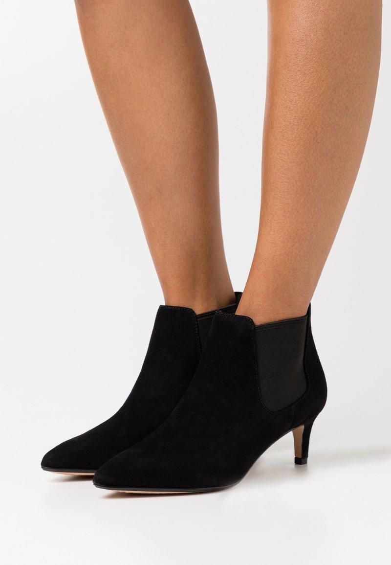 Clarks - LAINA - Kotníková obuv - black
