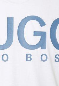 HUGO - DOLIVE - Print T-shirt - white/blue - 5