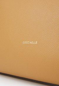Coccinelle - FEDRA - Velká kabelka - warm beige - 5