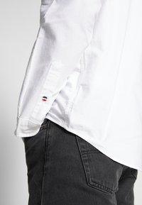Tommy Jeans - OXFORD BADGE  - Koszula - white - 4