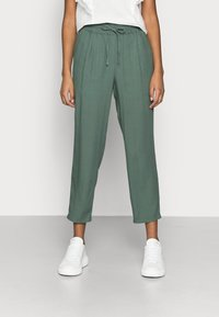 Vero Moda Petite - VMASTIMILO ANKLE PANTS - Spodnie materiałowe - laurel wreath - 0