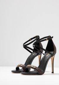 MICHAEL Michael Kors - GOLDIE SINGLE SOLE - Sandalen met hoge hak - black/brown - 4