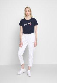 Nike Sportswear - TEE - Print T-shirt - obsidian/white - 1