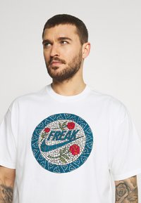 Nike Performance - TEE - T-shirt con stampa - white - 3